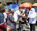 Hari Jadi Ke-76 Jatim, Gubernur Khofifah Bagi-bagi Ratusan Paket Sembako